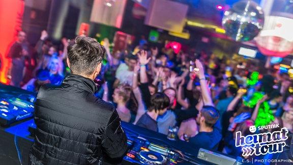 DJ Branko Jett vor der tanzenden Menge
