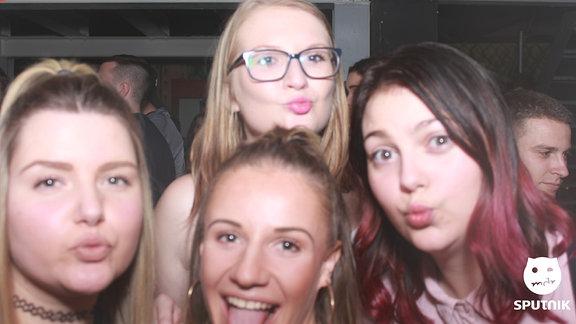 Vier Frauen in der Fotobox bei der SPUTNIK Heimattour in Egeln.