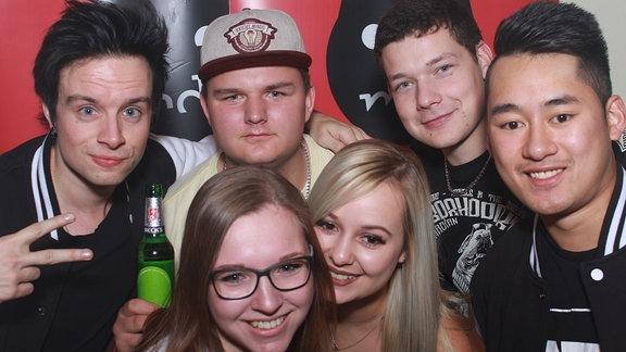 Sechs junge Menschen vor dem roten SPUTNIK Hintergrund. Zwei Frauen und vier Männer.