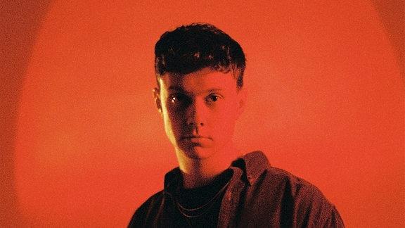 """Sharaktah ist Deutschrapper und mit seinen Singles """"Hier"""" und """"Ich"""" bekannt geworden."""
