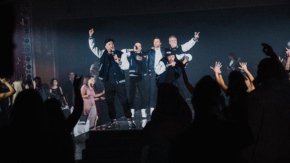 Clueso steht mit den Fantastischen Vier auf der Bühne