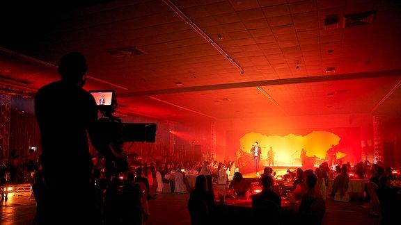 Clueso performt auf der Bühne mit aufwendiger Lichtshow