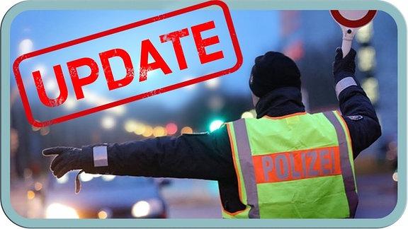 Ein Polizist (miiiit Elfenohrn) regelt den Verkehr bei abendlicher Atmosphäre.