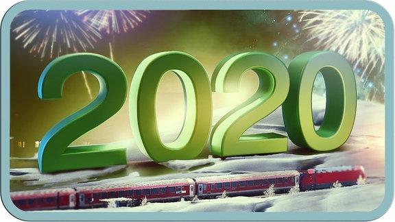Eine gigantische 2020, darunter eine Bahn im Schnee, dahinter Feuerwerk.