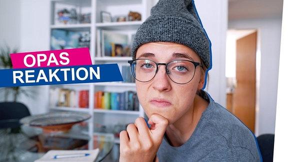 Annika mit Mütze und Brille im Opa-Look rechts im Bild