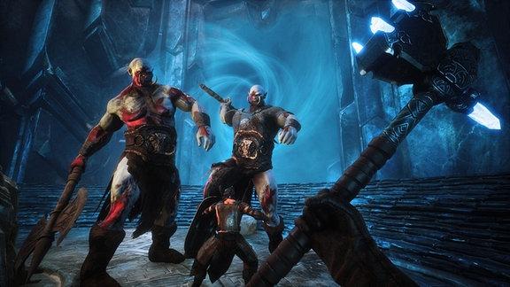 Der Held steht zwei riesigen Orgs gegenüber, die ihn mit Schwert und Streitaxt angreifen.
