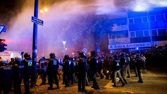 Polizei und Wasserwerfer im Einsatz