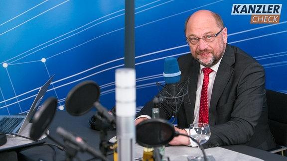 Martin Schulz sitzt im Kanzlercheck