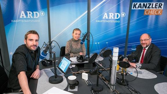 Martin Schulz zusammen mit Tobi Schäfer und Sissy Metzschke beim Kanzlercheck
