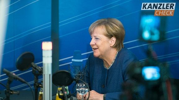 Angela Merkel sitzt im Kanzlercheck-Studio