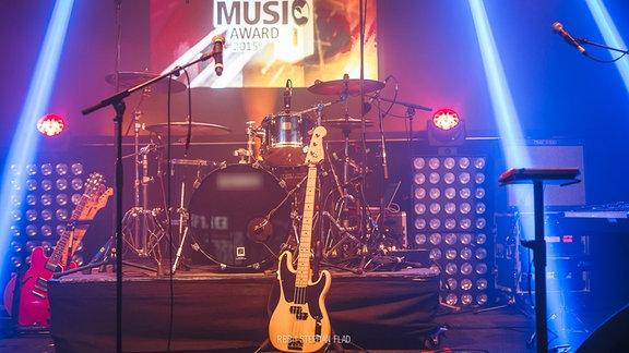 Leere Bühne mit Instrumenten beim New Music Award 2015