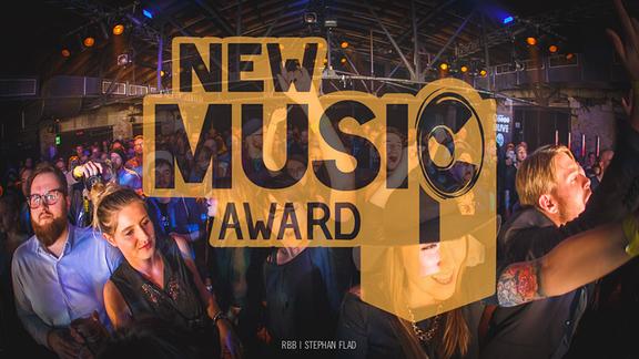 """Tanzendes Publikum mit Logo """"New Music Award"""""""