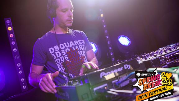 Nico Teil des DJ-Duos Gestört Aber Geil beim SPUTNIK SPRING BREAK Home-Edition.