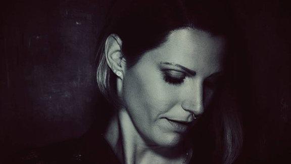 Grace Thompson blickt nach unten (Portraitaufnahme)