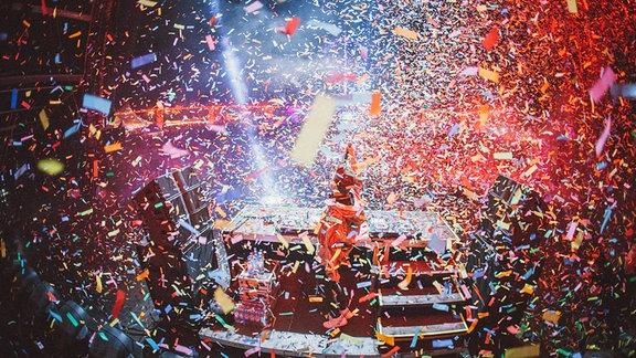 Ein DJ im Konfettiregen auf der Bühne beim SPUTNIK SPRINGBREAK 2017