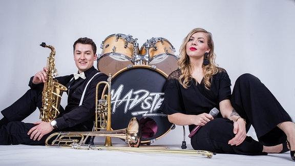 Daniel Matka und Julia Fiedler mit Instrumenten
