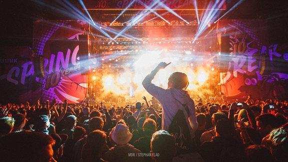 Feierne Menschenmenge vor der Bühne beim SPUTNIK SPRING BREAK 2017