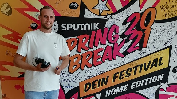 DJ David K. vor der SSB-Act-Wand!
