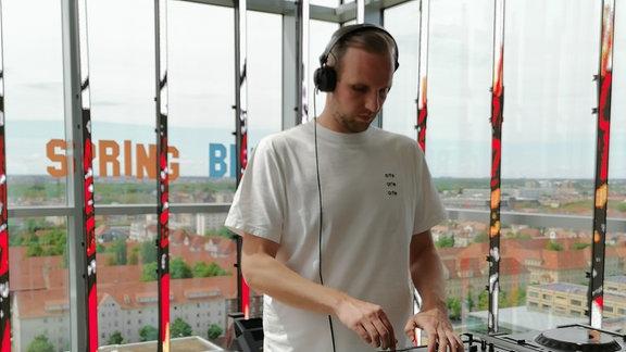 DJ David K. am DJ-Pult!