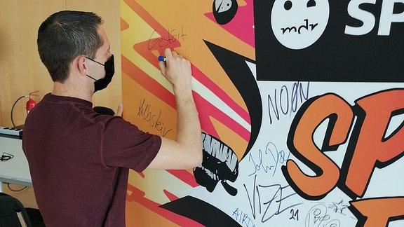 DJ Gestört aber Geil an der SSB Autogramm-Wand!