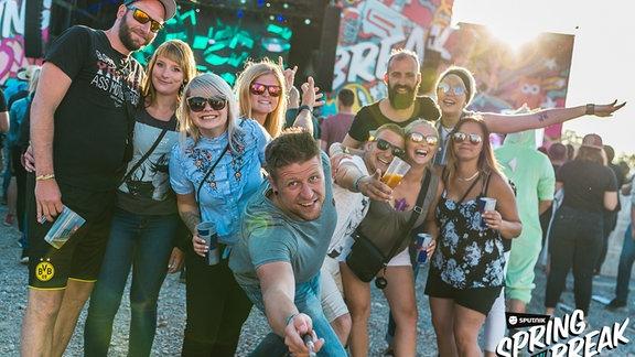 SSB-Gäste machen ein Selfie vor der Mainstage
