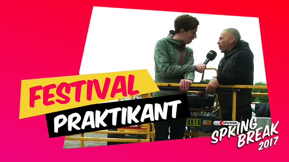Festivalpraktikant Konrad auf einem Kran mit einem Bühnenbauer