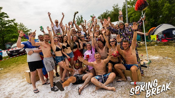 Eine Gruppe junger Menschen auf dem SPUTNIK SPRING BREAK Festival