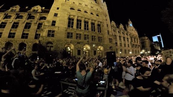 Demonstrierende vor dem Rathaus Leipzig zur Aufhebung der Sperrstunde