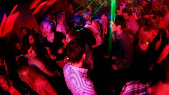 Nightlife in Hamburg Volle Tanzfläche im Halo in der Grossen Freiheit 6 in Hamburg am 5. November 2011, Klub, club, Disco, Disko, Tanzclub, dance floor, dancing, tanzen, clubs, Nachtclub, nightclub, night, Vergnügen, Spass, nightlife, Tanzbar, Klubs, discothek, discotheken, Diskos, Diskotheken, Jugend, Jugendliche, junge Leute, Hamburger, youth, disse, Tanz, dance, Europa, europe, Freizeit, Freizeitvergnügen, Party, feiern, ausgehen,  Bildnr.: imago 56257471 Icon Pfeil nach links