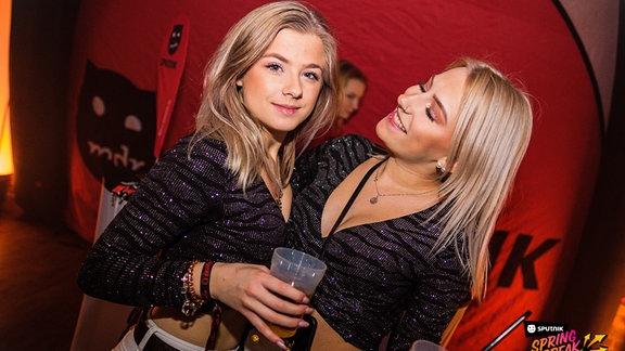 Zwei Mädels machen Party