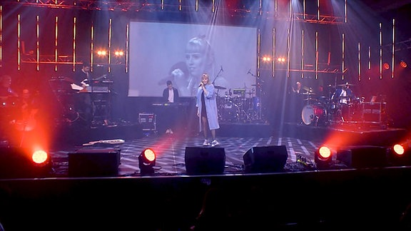 LEA mit ihrer Band auf der Bühne des New Music Awards.