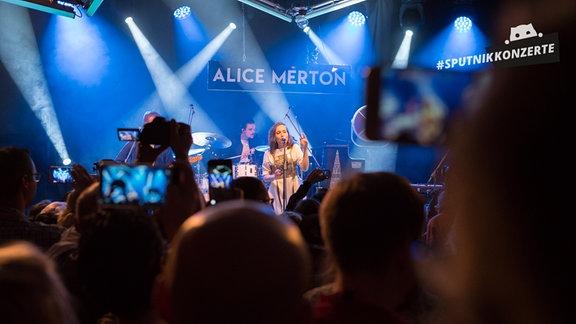 Alice Merton und Publikum beim Konzert in Erfurt