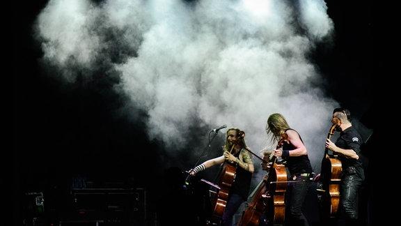 Apocalyptica episch inszeniert, spielen ihre Celli.