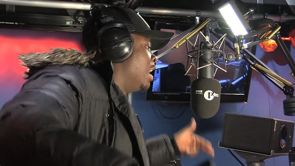 Der Rapper Big Shaq freestylt vor einem Mikrofon