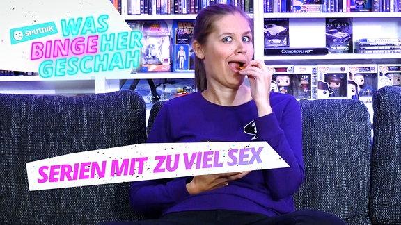SPUTNIKerin Theresa guckt skeptisch auf den Fernseher und isst dabei einen Keks.