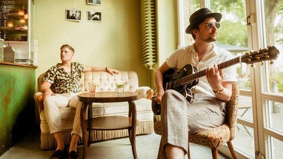 """Max und Stefan aus Hamburg hatten sich bis vor kurzem dem etwas härteren Gitarren-""""Brett"""" verschrieben. Das liegt hinter ihnen und jetzt wollen die beide mit ihrem neuen Projekt Castillo durchstarten. Heute Abend sind Castillo zu Gast im SPUTNIK Soundcheck mit Lars und haben ihre erste Single dabei."""