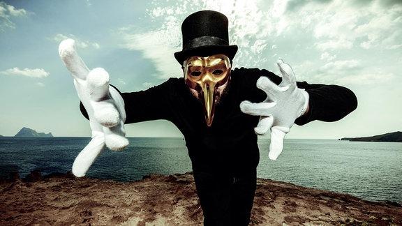 Claptone mit seinem Markenzeichen, die goldene Pest-Maske