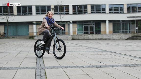 """SPUTNIKerin Kathrin testet das """"Fahrrad ohne Kette""""."""
