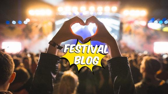 """Jemand formt ein Herz mit seinen Händen vor einer vollen Festivalbühne. Darunter ist der Schriftzug """"Festivalblog"""" zu lesen."""