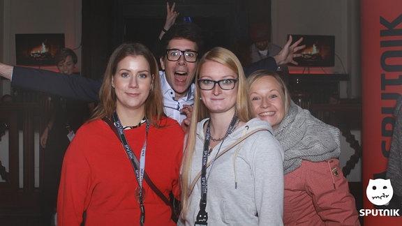 Eine Gruppe Menschen lächelt in die Kamera