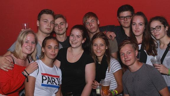 Junge Menschen vor der Fotobox bei der Heimattour am Bergwitzsee
