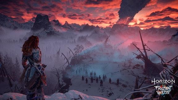 Figur steht vor Landschaft im Sonnenuntergang
