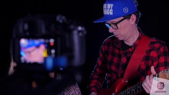Raimund spielt Gitarre