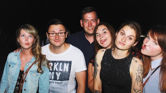Fotoboxbild von der Heimattour in Aken. Eine Gruppe junger Menschen.