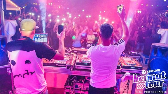 DJ feiern mit Publikum.