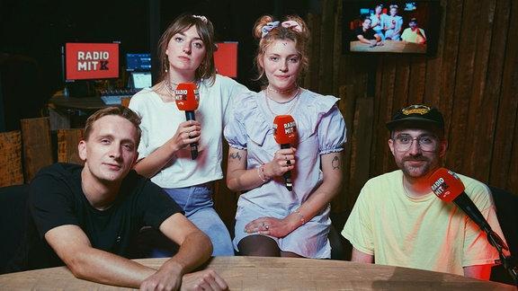 """Steffen und Felix haben sich die Podcastkolleginnen Lotta und Nina von der Band """"Blond"""" eingeladen.  Ihr erfahrt das Geheimnis von """"Da muss man dabei gewesen sein"""" und schaut exklusiv in den Proberaum von Kraftklub."""