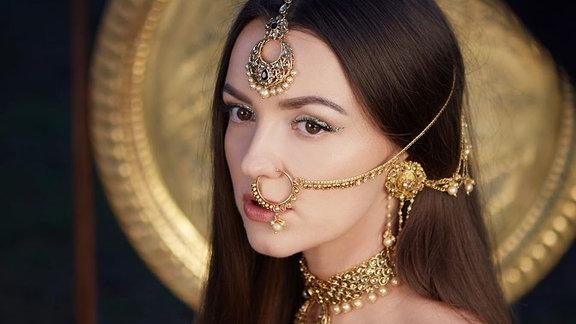 Die polnische Sängerin Lanberry mit schick Gold verziert, guckt bissig verträumt.