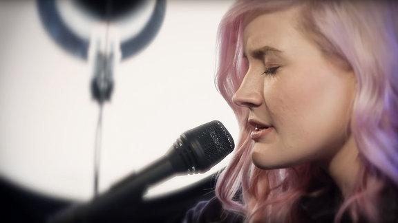 Madeline Juno spielt Stupid Girl (Live & Acoustic)