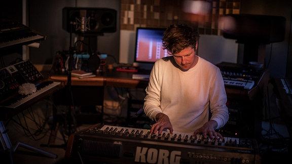 Mano Le Tough spielt konzentriert auf einem Korg Piano.