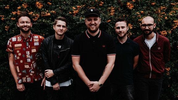 Die fünf Jungs von Me On Monday gucken kreativ lieblich in die Kamera.